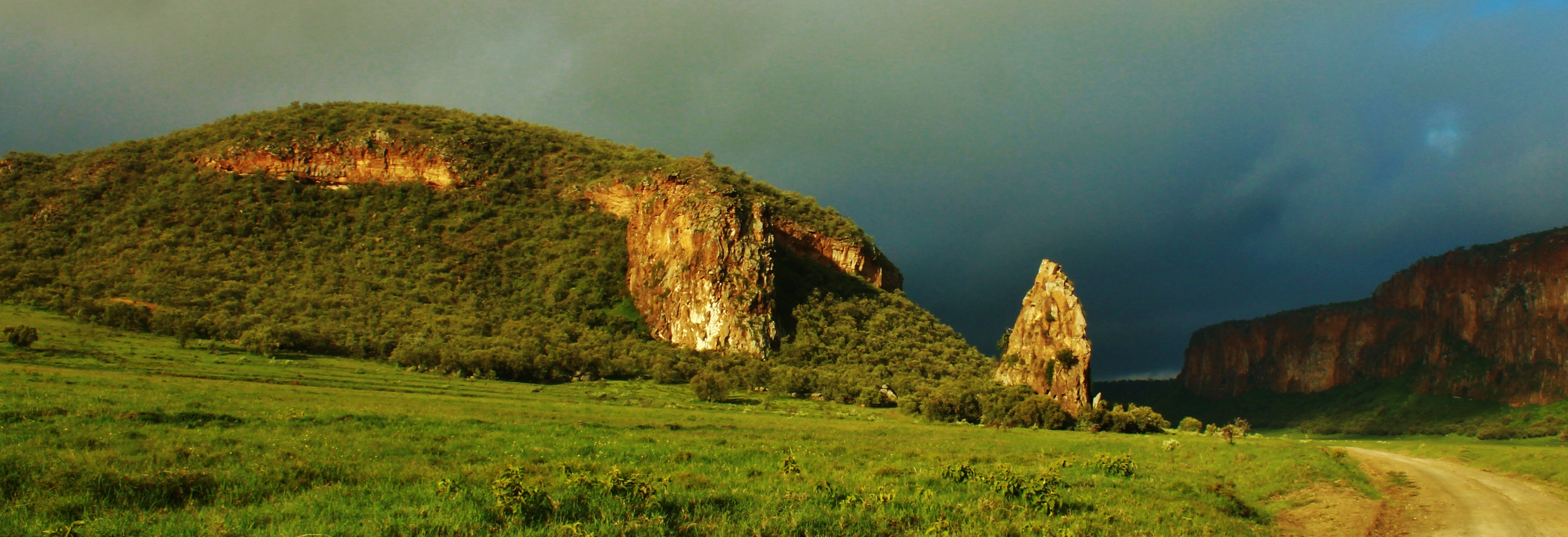 Storm approaching over Fischer's Tower in Hell's Gate National Park